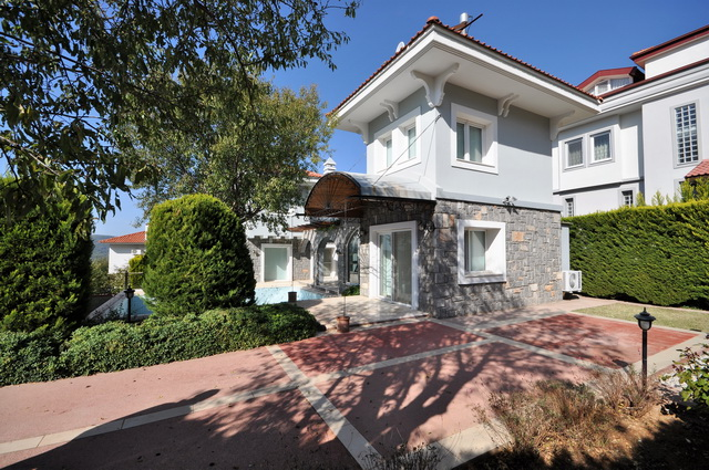 ON HOLD! Large Detached Villa with Separate Guest House
