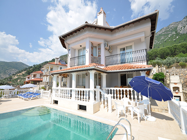 Detached Villa with 6 Bedrooms at Bargain Price