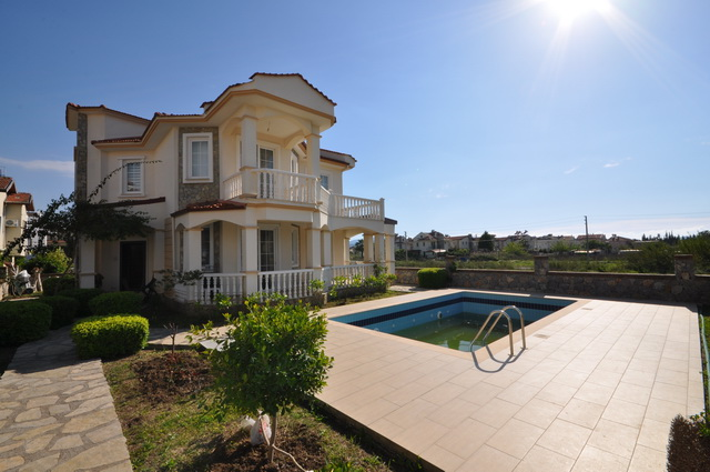 Four Bedroom Calis Villa With Large and Mature Garden