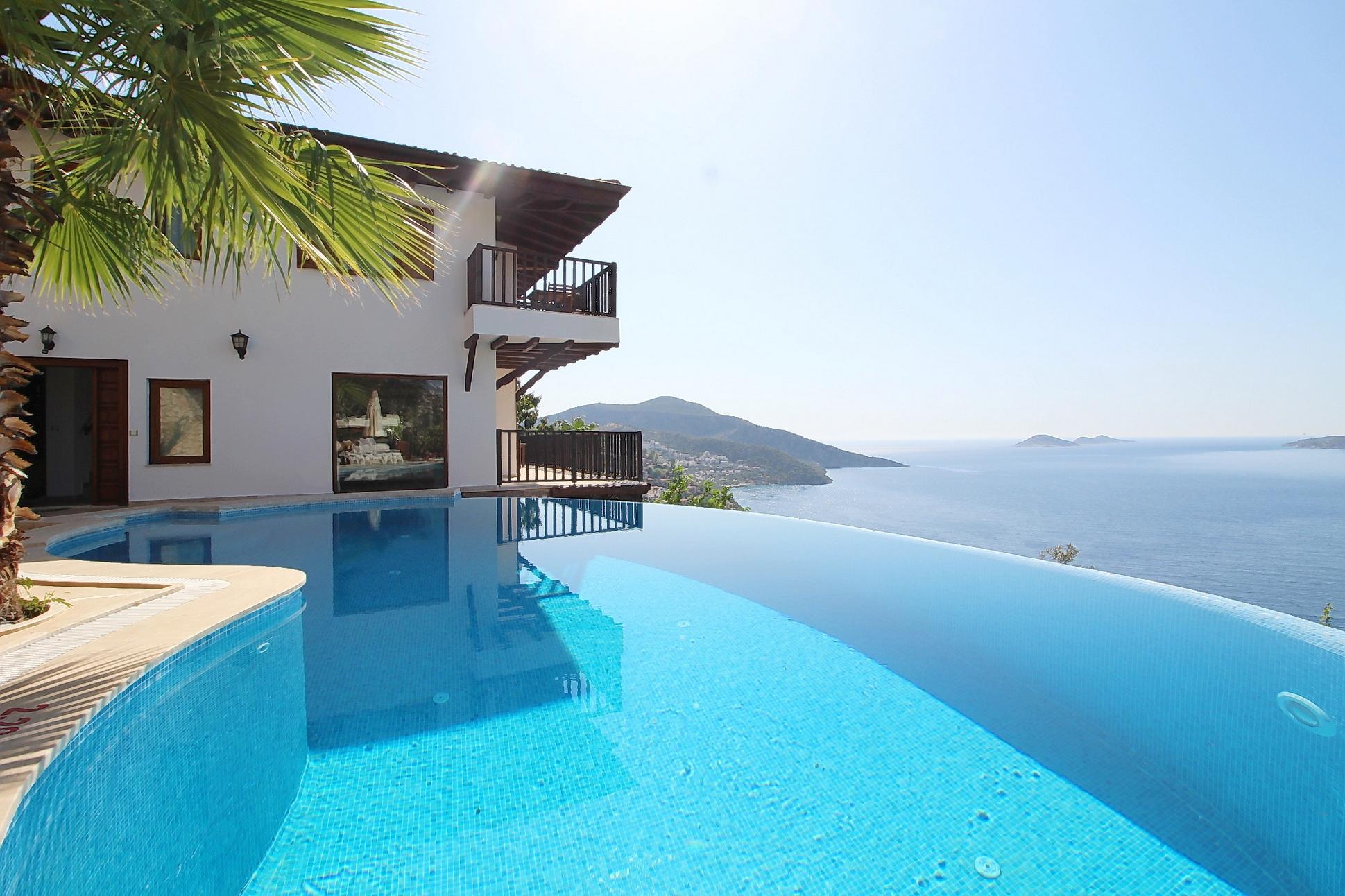 Fantastic Triplex 4-bedroom villa, set on a unique location with Infinity Pool
