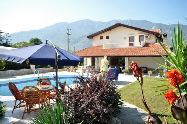 4 Bedroom Detached Villa with Private Pool and Garden For Sale