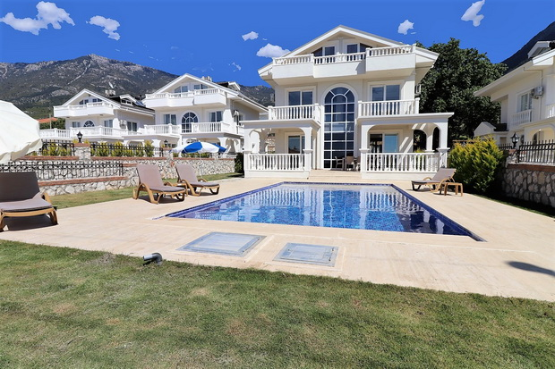 4 Bedroom Luxury Triplex Villa with Swimming Pool For Sale