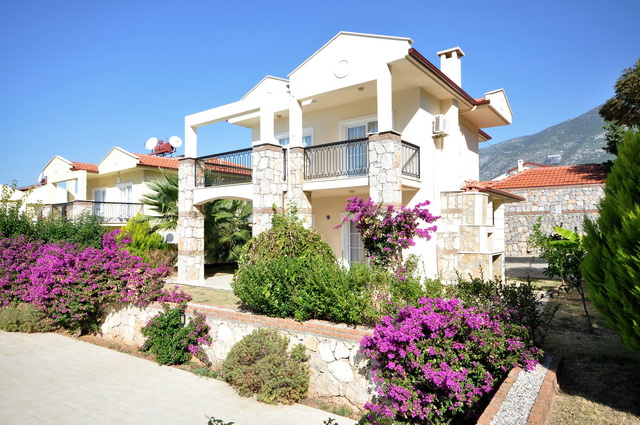 Bargain! 3 Bedroom Detached Villa with Shared Pool and Mountain View For Sale