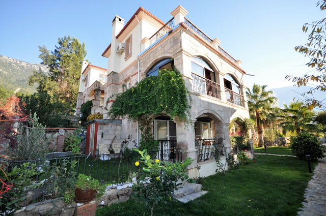 3 Bedroom Detached villa with Communal Pool and Gardens For Sale