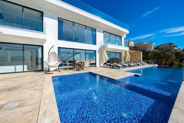 4 Bedroom Luxury Designed Triplex Villa with Fantastic Sea View and İnfinity Pool For Sale