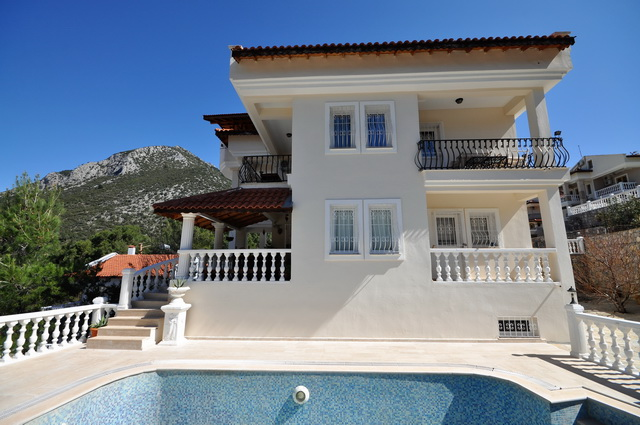 6 Bedroom Detached Villa with Private Swiimming Pool For Sale