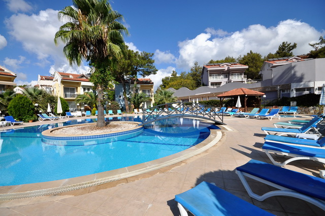 2 Bedroom Ground Floor Apartment with Communal Pool For Sale