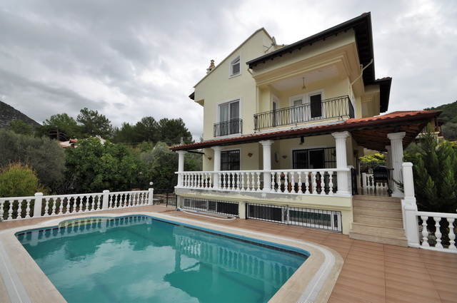 Spacious 5 Bedroom Detached Villa with Private Pool & Garden For Sale