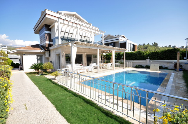 3 Bedroom Spacious Triplex Villa with Private Garden & Pool For Sale