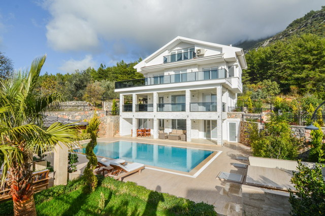 Exclusive 5 Bedroom Detached Villa with Private Pool on a 725m2 Plot