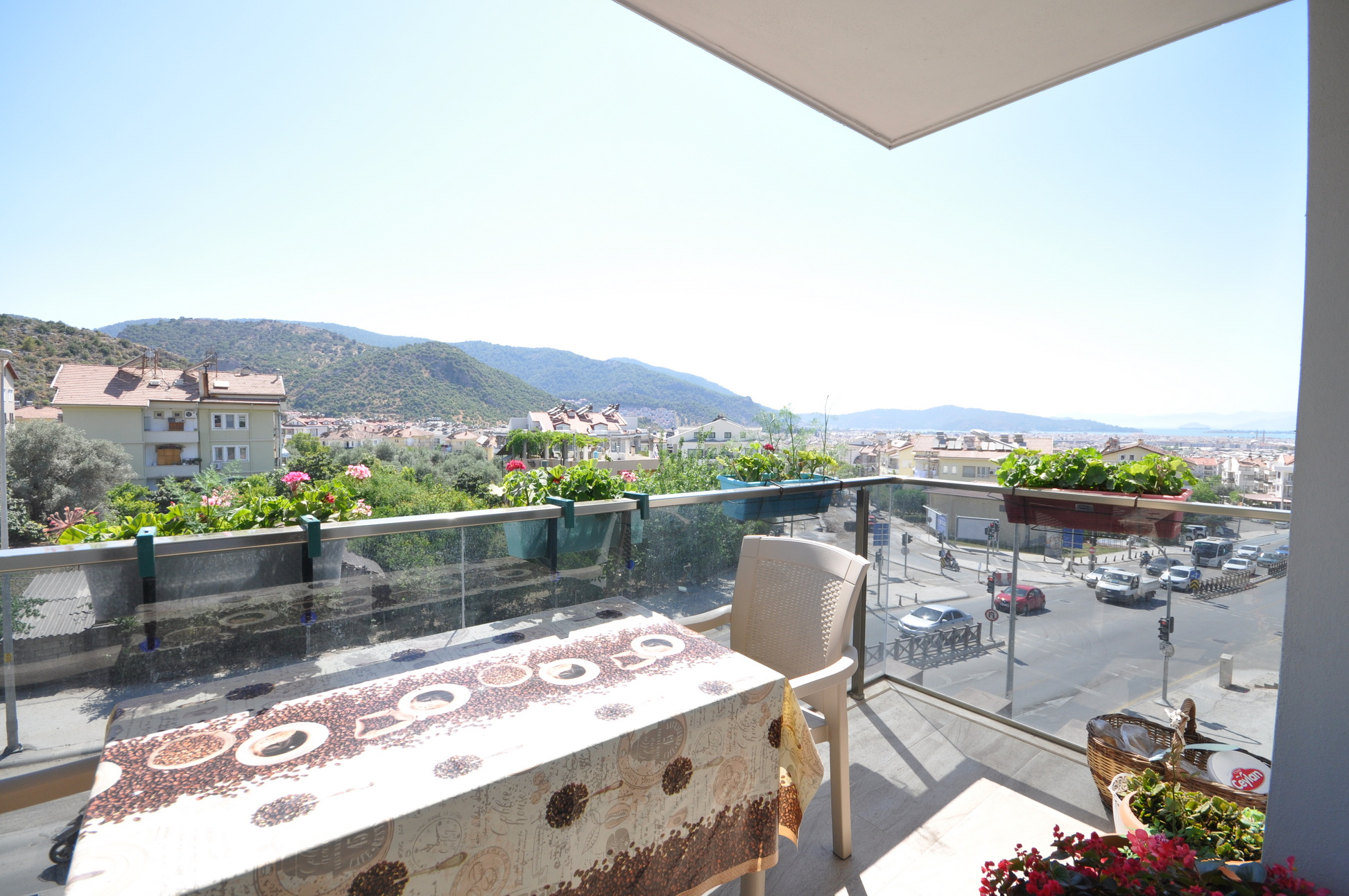 Lovely 2 Bed Duplex Apartment with Sea Views & Spacious Communal Gardens