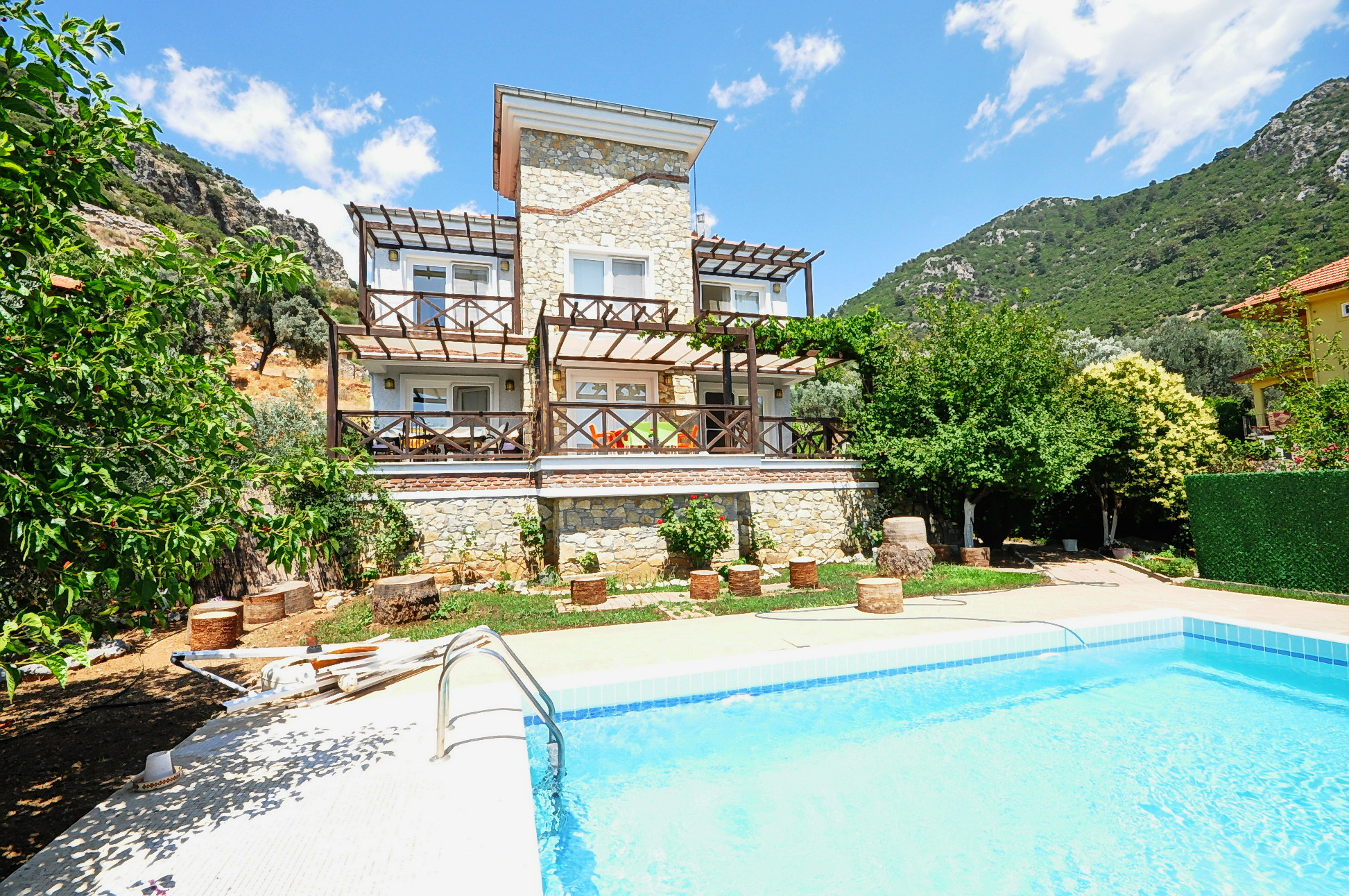 Spacious 5 Bedroom Detached Villa with Nature and Mountain Views